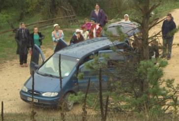 Това го има само в България! Деца пътуват до училище в багажник