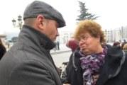Кметицата на Николичевци изплете шапка в цветовете на ВМРО, подари я на евродепутата А. Джамбазки