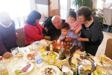 Бившият началник на жп гара Симитли Ив. Цветков чества юбилей, обграден от деца, внуци и правнуци