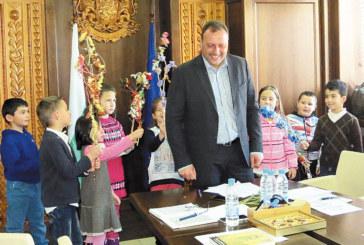 """Малки сурвакари """"налазиха"""" община Банско на Нова година по стар стил"""