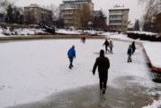 Младежи използват замръзналите изкуствени езера в Кюстендил за ледени пързалки