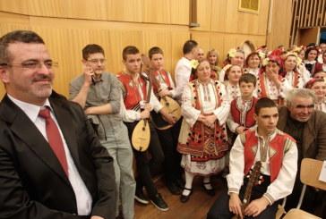 Диригентът, читалищен секретар, Илиян Юручки събра десетки изпълнители и ценители на юбилеен концерт