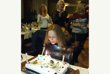 В компанията на приятели чаровната петричанка А. Алексиева празнува рожден ден