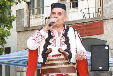 Със закачливи подаръци бивши колеги-гранични полицаи изненадаха народния певец Г. Илиевски