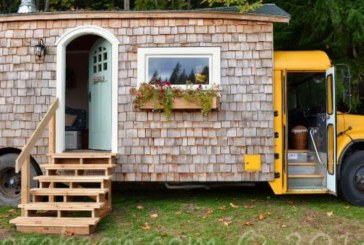 Те изградиха своя приказен дом за две години в…училищен автобус на живописен бряг!