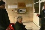 Ядосан кюстендилец остави болната си майка на чиновници, защото не го класирали за социален асистент