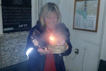 Точно в полунощ старшата сестра в Спешна помощ – Сандански почерпи за рожден ден колегите от смяната