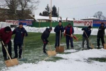 """Шефовете и треньорите на """"Марек"""" грабнаха лопатите и ринаха сняг от терена до припадък"""