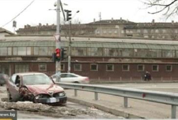 Пълен абсурд! Кола престоя над месец на оживено кръстовище, не могат да открият собственика ? (ВИДЕО)