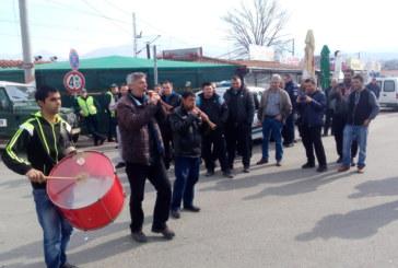 Зурни и тъпан повдигат духа на българските шофьори на Кулата, очакват се и скарите да задимят