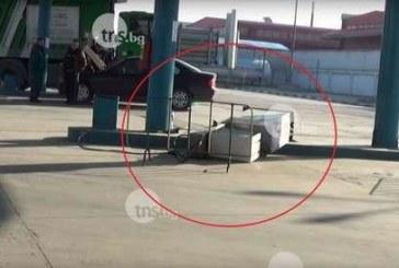 Таксиджия си тръгна от метан станция заедно с колонката /ВИДЕО/