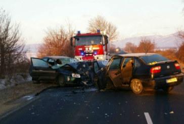 Касапница на Подбалканския път! Две коли се удариха челно на шосето, има тежко ранени (ЕКСКЛУЗИВНИ СНИМКИ)