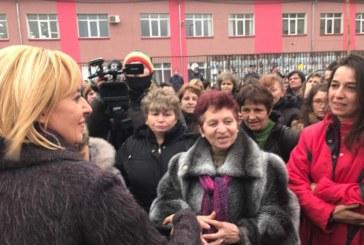 Омбудсманът Мая Манолова отново при шивачките в гр. Дупница