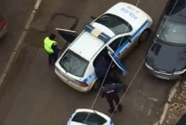 Брутално полицейско насилие в София: Ченгета блъскат и тъпчат в патрулка момче с епилепсия (ВИДЕО 18+)