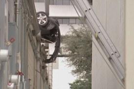 Невиждана каскада! Тийнейджър полетя с колата си между две сгради (СНИМКА)