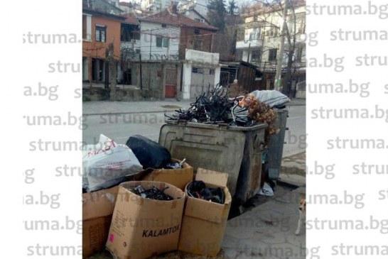 ЧИТАТЕЛИ СИГНАЛИЗИРАТ!  Контейнерите пред офиса на шефа на фирмата за чистота в Сандански преливат от боклуци, катастрофирал автомобил 3 години задръства улицата, никой не се впечатлява