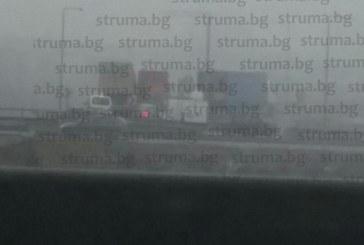 КАТАСТРОФА В ЧАС ПИК! Камион затапи пътя за София, увисна от мост