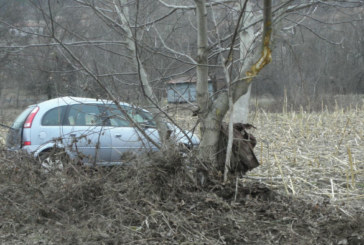 УЖАС КРАЙ КОЧЕРИНОВО! Пиян тийнейджър се заби в дърво, оцеля по чудо