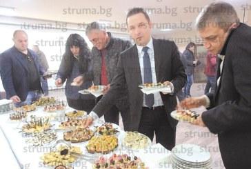 Съветникът бизнесмен Г. Корчев почерпи колегите за наследник, Рашко Динков за помъдряване с още 1 г.