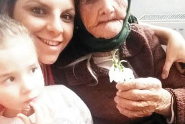 Баба Манка от Добринище отпразнува 102-ия си рожден ден, като млада е спала в плевня, а сега говори с близките си по скайп