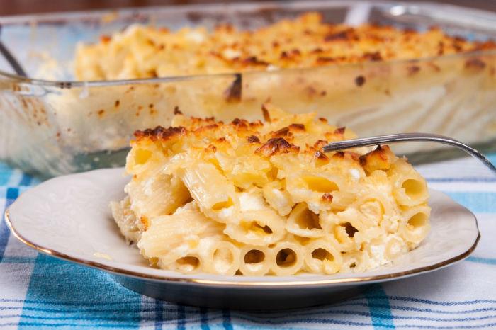 Вкусни макарони на фурна със захар, прясно мляко и сирене