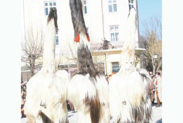 Театрали самодейци от Разлог омагьосаха публиката на карнавала в Струмица, кукери от 7-те квартала гониха злите сили в Ямбол