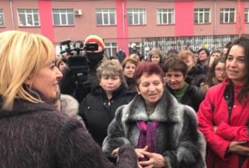 СТРАХОВЕТЕ СЕ СБЪДНАХА: Каприоти изчезна, без да плати на 200 шивачки от Дупница, балонът с обещания на Мая Манолова се спука