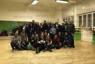 С шоколадова торта, ваучери за спа и обувки за салса танцьори честитиха 29-ия рожден ден на шефа си в Дупница