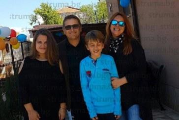 Синът на петричките съдии Мая Банчева и Атанас Кобуров – Коси, получи таблет за 11-ия си рожден ден