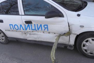 """КАТАСТРОФА В БЛАГОЕВГРАД! Жена шофьор се натресе в патрулка в кв. """"Струмско"""""""
