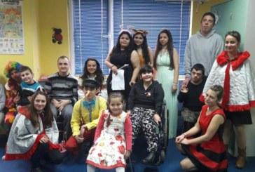 """Ученици от СУ """"Св. Св. Кирил и Методий"""" в Симитли изненадаха децата и младежите в дневните центрове"""