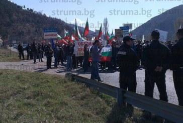 STRUMA.BG ОТ МЯСТО! Земеделци и животновъди блокираха Е-79 край Железница!