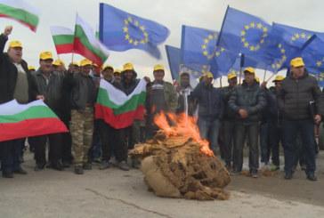"""200 тютюнопроизводители от Гоцеделчевско излязоха на протест срещу гръцката """"Михайлидис"""", която им дължи 1,5 млн. лв."""