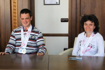 Медалистите от Световните зимни игри в Австрия с награди от кмета на Банско Георги Икономов