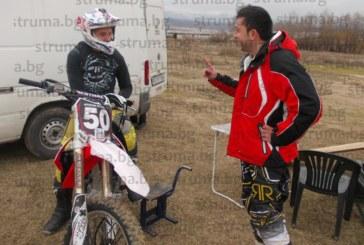 Опасна каскада  с хепиенд! Шефът на благоевградския клуб по мотокрос откри сезона с предно салто на трасето край р. Струма