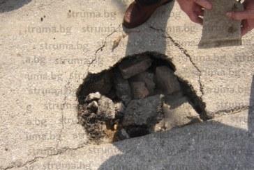 Петричанин се зае сам да ремонтира дупка пред дома му, за да не стане белята (СНИМКИ)