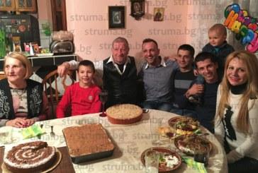 С три торти, деца, внуци и правнуци Сотир Анчев празнува рожден ден, на достолепната възраст юбилярят все още е действащ шофьор на ректора на Колежа по туризъм В. Жечев