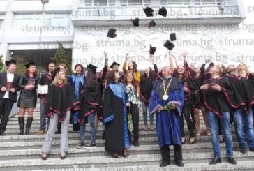 215 абсолвенти от Философския факултет на ЮЗУ се дипломираха, социоложката Ж. Георгиева дойде на церемонията с 11-месечната си дъщеричка на ръце