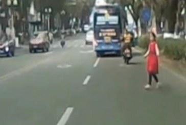 Баща и мащеха принуждават малко момиченце да се хвърля пред движещи се автомобили за пари