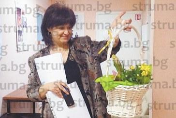 Главният специалист в РУО Здр. Тодорова изненадана с ефектна кошница цветя за рождения си ден навръх 8 март