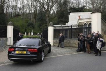 Близки и приятели си взеха последно сбогом с Джордж Майкъл на частна церемония в Лондон (СНИМКИ)