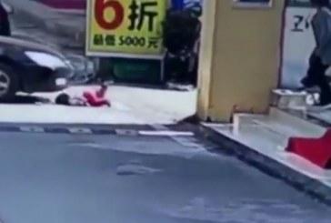 ЧУДО! Кола прегази два пъти момиченце, то оживява ( ШОКИРАЩО ВИДЕО)