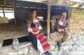 Санданчанка изненада брат си с народна носия за рождения ден, направиха си фотосесия край дядовата къща