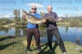 "ЗАВИДЕН УЛОВ НА БИСТРАКА! 2-ма благоевградчани хванаха сом гигант, ""чудовището"" смая рибарите"