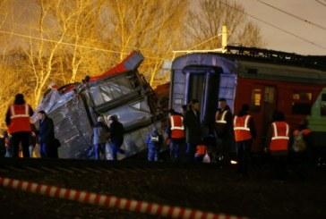 ЗАРАДИ ЧОВЕК НА РЕЛСИТЕ! Два пътнически влака се удариха, 23-ма пострадали