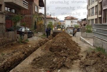 МАЛШАНС! Стар водопровод в Благоевград се спука 2 часа преди планиран от ВиК основен ремонт, наводни къща