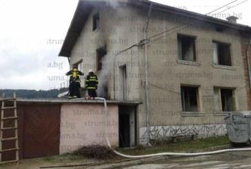 СПЕШНИТЕ ЕКИПИ НА КРАК В ПИРИНСКО! Гори къща в Белица, линейка и пожарна хвърчат на там