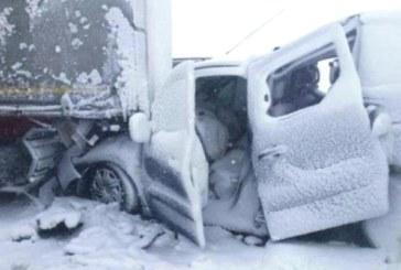 Жестока верижна катастрофа в снежния кошмар! Ранените са много