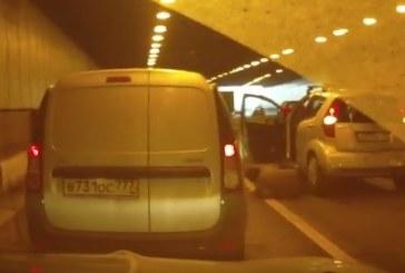 ТЯ СЕ САМОПРЕГАЗИ! Жена падна под колелата на собсвената си кола/ВИДЕО/