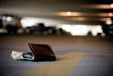 Шофьор на такси намери пълно с пари портмоне, но вижте какво направи!